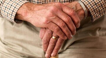 1534333931_hands_walking_stick_elderly_old_person_cane_retired_retirement_relaxed-686685